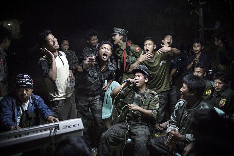 Eerste prijs Dagelijks Leven<br /><br />Birmese onafhankelijkheidsstrijders drinken tijdens de begrafenis van een van hun leiders, die de dag ervoor om het leven kwam tijdens gevechten met het Birmese leger. Beeld Julius Schrank