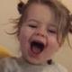 Dochtertje van Arie en Romy Boomsma heeft lol met haar pasgeboren broertje