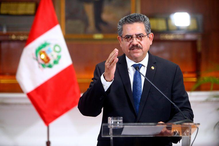 Interim-president Manuel Merino kondigt zijn aftreden aan. Beeld AP