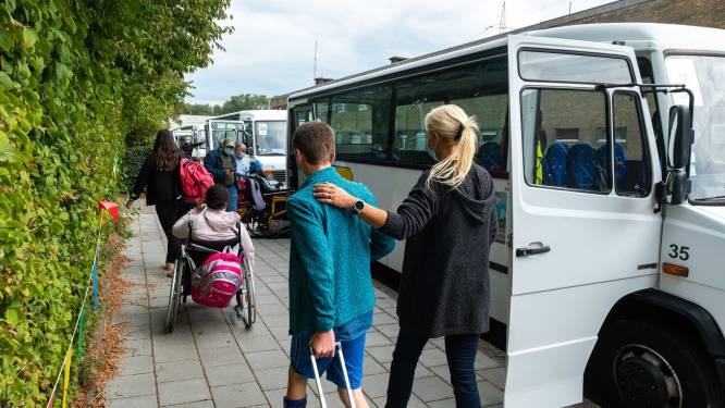 """Leerlingen van BuSO De Tjalk zitten urenlang op de bus naar school: """"Als ze aankomen, hebben ze in hun broek geplast"""""""