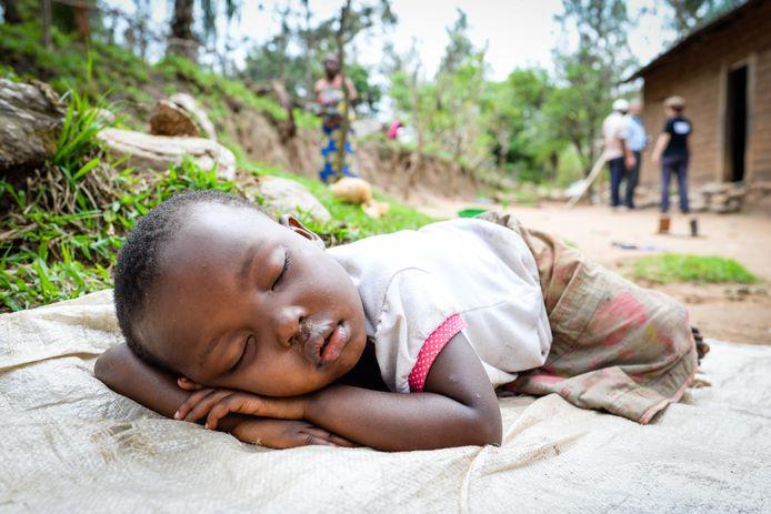 Slapend jongetje in het door geweld geteisterde Congo.
