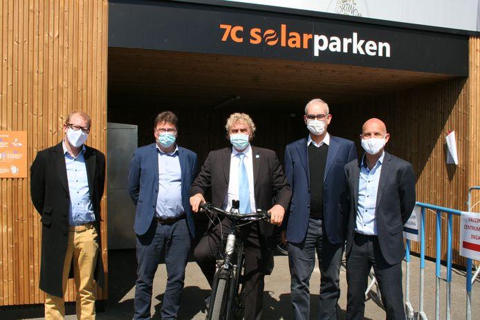 Stefaan Van Eenoo (Enervest/7C Solar), burgemeester Anthuenis, ambassadeur Jean-Marie Pfaff, Hans Van Duysen (voorzitter KSC Lokeren Temse) en Steven De Proost (CEO 7C Solar) mochten het nieuw oplaadpunt dinsdag openen.