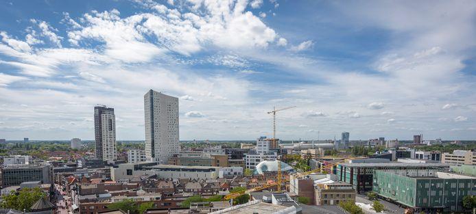 Zicht over Eindhoven vanaf het terras van de Skybar van het NH Collection Hotel op de 14e etage. De bestaande torens krijgen snel gezelschap.