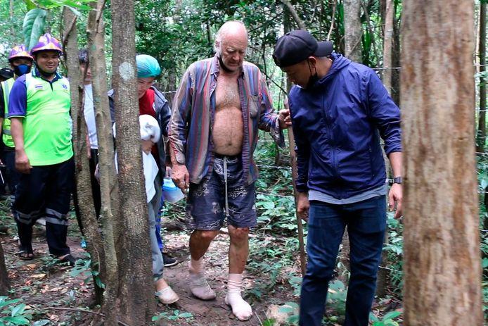 Reddingswerkers begeleiden Barry Leonard Weller uit de jungle in Thailands noordoostelijke provincie Khon Kaen.