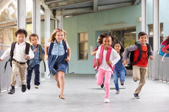 Schoolkinderen rennen in de gang.