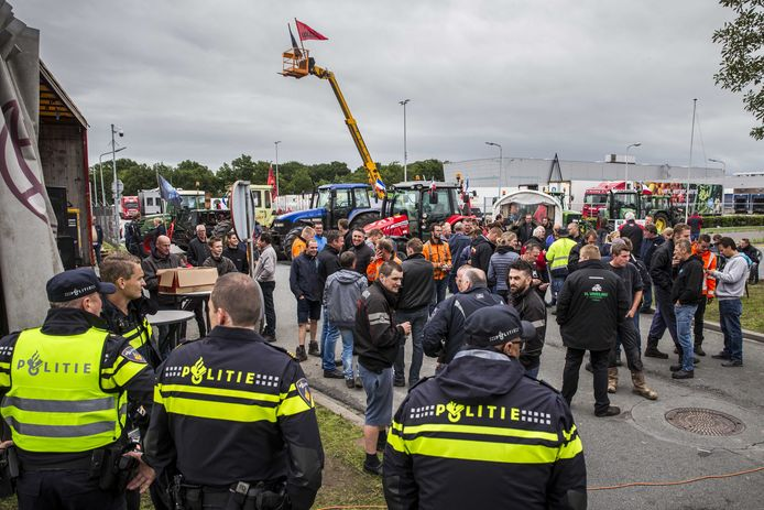 Boeren blokkeren het distributiecentrum van Albert Heijn in Zwolle, waardoor 230 winkels niet kunnen worden bevoorraad op 10 juli 2020.