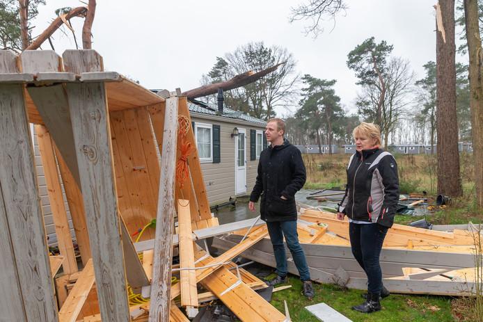 Stormschade aan chalets op vakantiepark Reestervallei. Park manager Jannie van Hoek en algemeen beheer Stefan Vis bekijken de schade bij de chalet die met alle geluk niet verhuurd was.