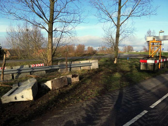 De sporen van een zwaar voertuig gaan om het portaal heen dat Rijkswaterstaat in Sleeuwijk neerzette om landbouwverkeer van het fietspad op de Merwedebrug te houden.