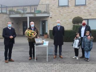 """Politieagent op rust en vrijwillig buurtbemiddelaar van Pelikaanwijk Paul in bloemetjes gezet: """"Je moet praten met de mensen"""""""