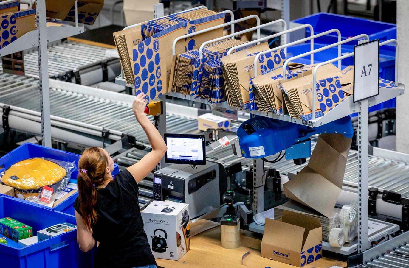 Pakketten worden voor verzending gesorteerd in het distributiecentrum van bol.com. De webwinkel maakt zich op voor de feestdagen.