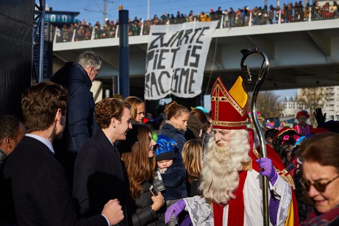 De inkomst van Sinterklaas leidde dit jaar tot rellen op de Erasmusbrug.