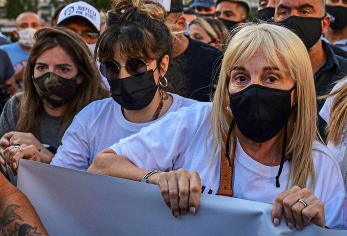 Maradona's ex-vrouwe Claudia Villafane (r) en zijn dochters Maradona (m)en Dalma (l).