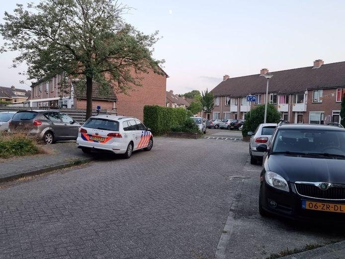 De politie doet in de Hengelose wijk 't Wilbert onderzoek naar een incident waarbij een baby ernstig gewond raakte.