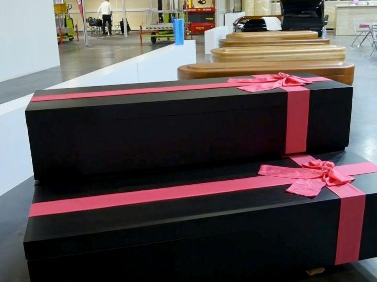 """Des cercueils """"Squid Game"""" et un sarcophage de """"Toutânkhamon"""" exposés à une foire funéraire"""