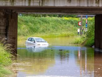Auto's rijden zich vast in overstroomde Langestraat