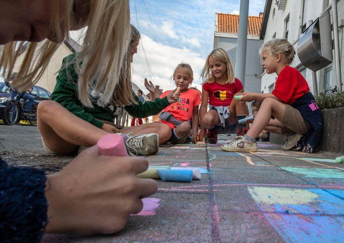 Kinderen worden aangemoedigd om te gaan stoeptekenen.