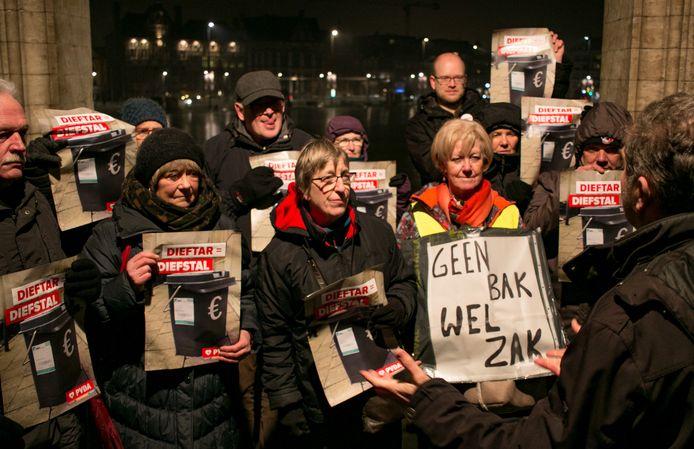 Protest van PVDA voor de gemeenteraad, tegen de invoering van de nieuwe diftar-afvalophaling.