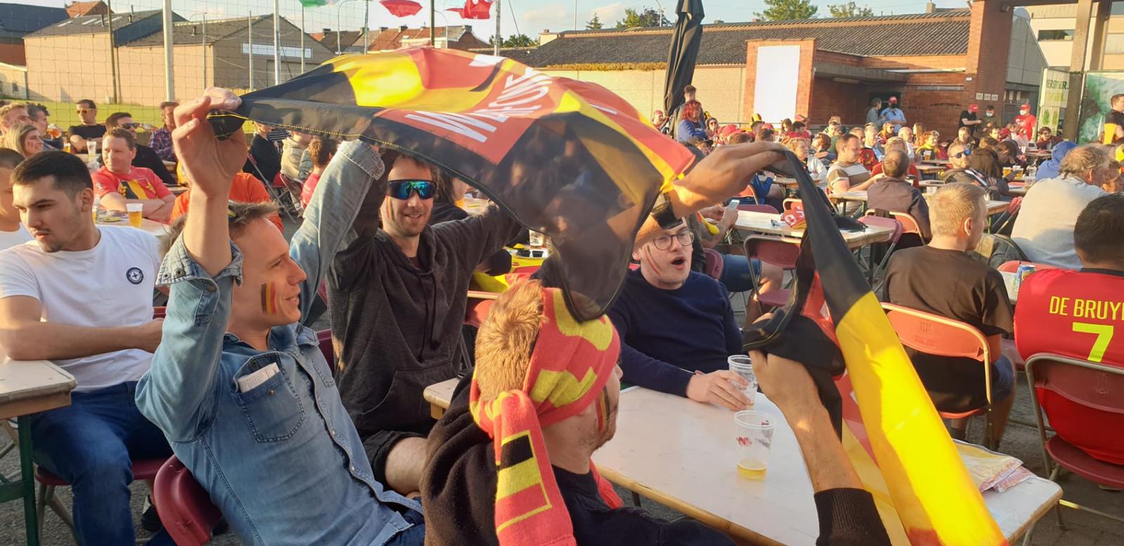 Fans genieten op EK Pelouza.