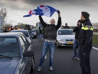 Friezen die tegenstanders Zwarte Piet blokkeerden op snelweg voor de rechter
