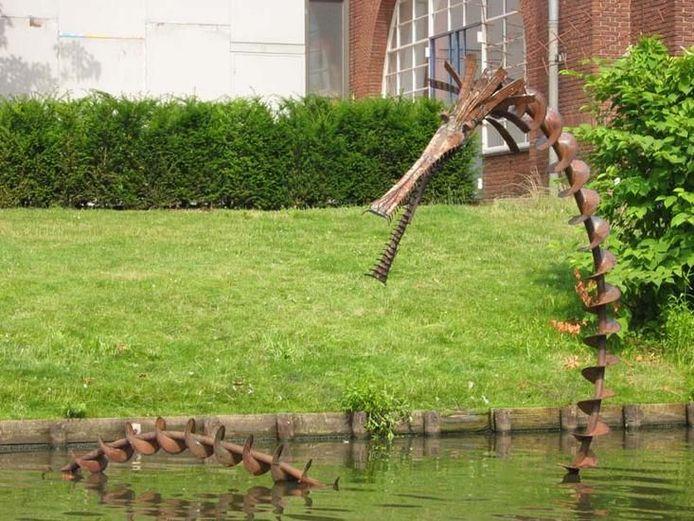 'De Weijerdraak' nog op zijn plek in de gracht rond De Weijer.