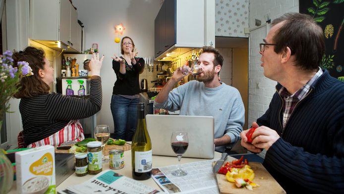 Gemeenschap Klasien (33), Gijs (30), Jeroen (50) en Roos (44) voeren gezamenlijk het huishouden en delen succesjes en teleurstellingen met elkaar.