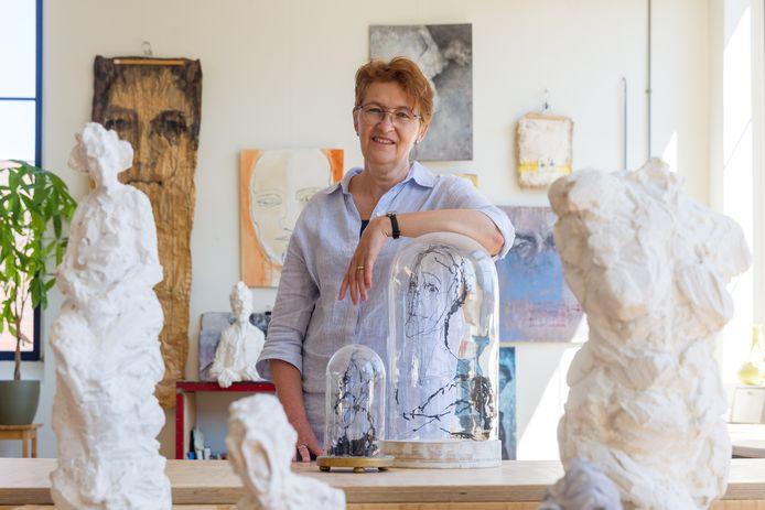 Mieke Legeland in haar atelier in de oude Karel I-sigarenfabriek in Reusel. Zij is genomineerd voor de Nederlandse Portretprijs.