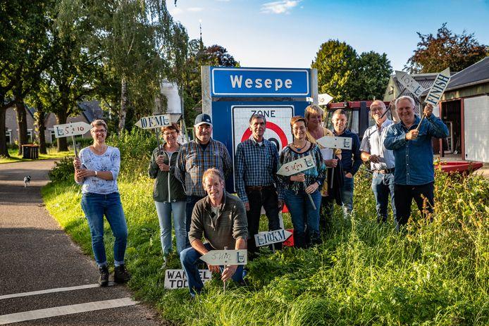 Jan Niemeijer (in het midden met geblokte blouse) viert met andere vrijwilligers 25 jaar Wandeldriedaagse Wesepe-Averlo.