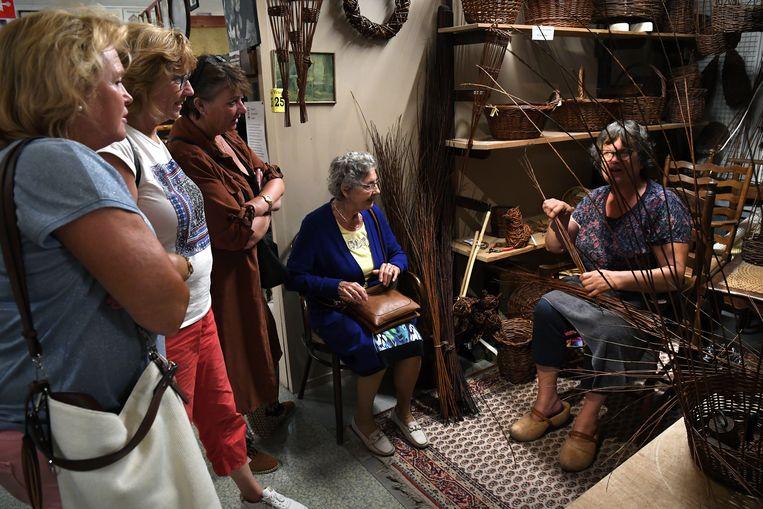 Hennie van Emaus, mandenvlechter, in het Oude Ambachten & Speelgoed Museum. Beeld Marcel van den Bergh / de Volkskrant