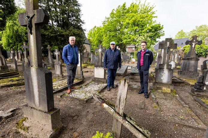 Jac van Gils, Toine Jansen en Hans van der Zanden zetten zich in om het oude kerkhof aan de Kerkstraat in Bavel te behouden.