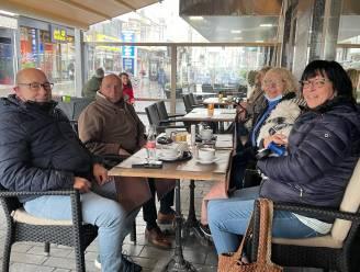 """Regen en wind houden de eerste klanten in Oostende niet tegen: """"Ze komen hier al dansend op het terras"""""""