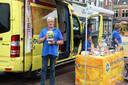 Doneeractie van de wensambulance in de binnenstad van Hengelo.