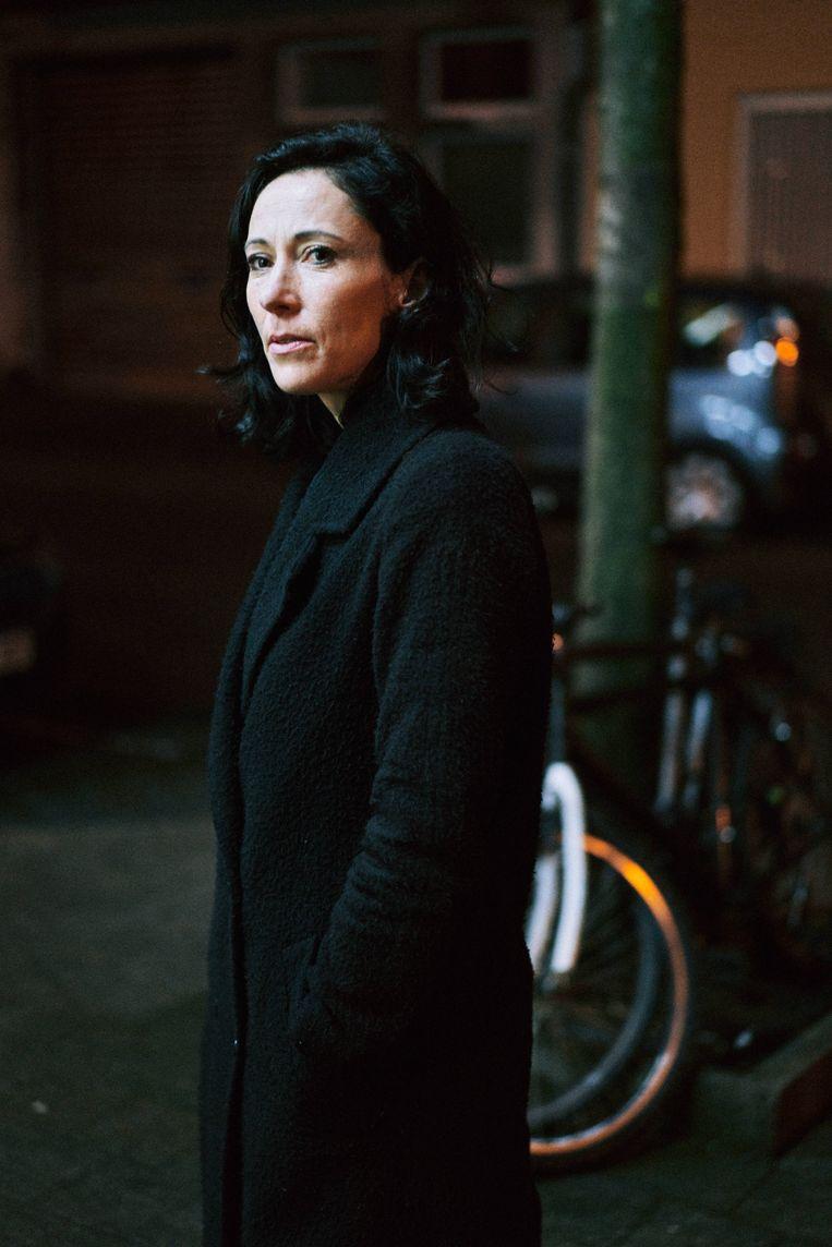 Saskia De Coster: 'Extreemrechts verfoeit homo's, ze haten hen maar worden er tegelijkertijd ook extra toe aangetrokken. Hoe anders zou je die mannelijke frontvorming verklaren? ' Beeld Thomas Sweertvaegher