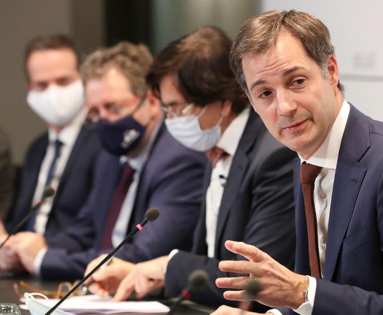 Premier Alexander De Croo en de ministers-presidenten van de deelstaten op de persconferentie. 'Dit zou het begin van een derde golf kunnen zijn.' Beeld EPA