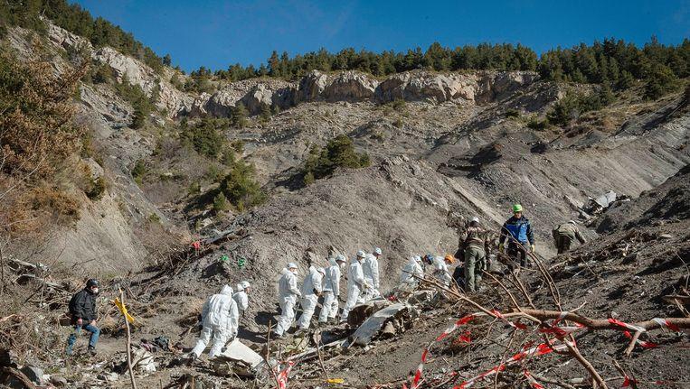 Franse agenten en forensisch onderzoekers aan het werk op de plaats van de crash in 2015. Beeld AFP