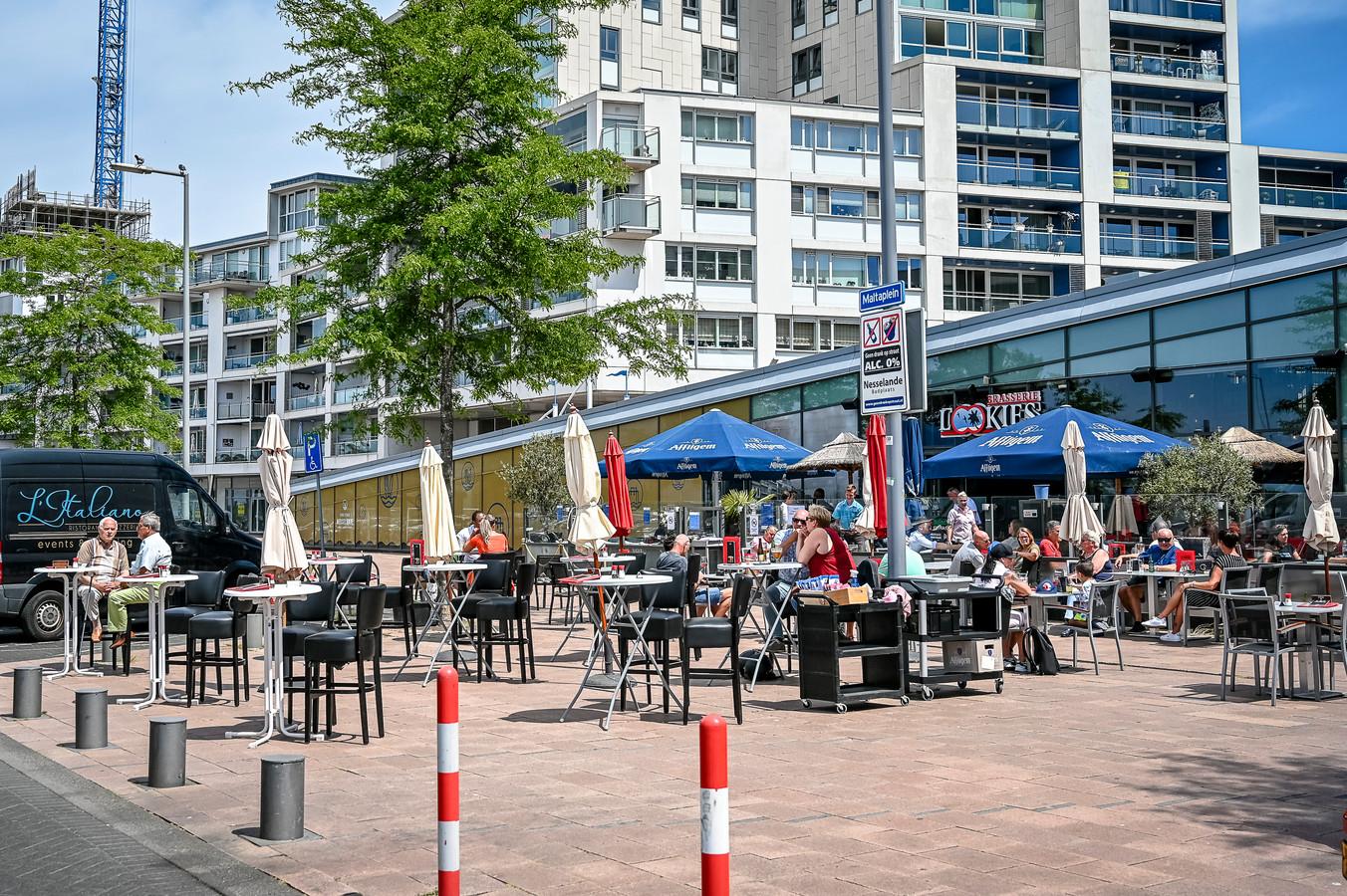 De boulevard van Rotterdam-Nesselande, met links woontoren Kopenhagen in aanbouw. Bewoners willen dat het winkelgebied overdekt wordt.
