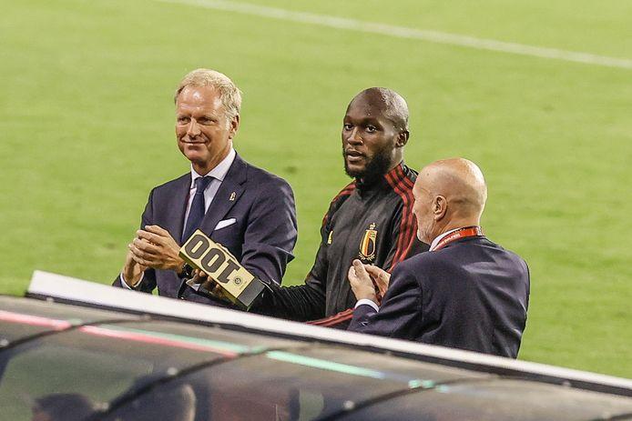 Lukaku wordt gehuldigd door CEO Peter Bossaert en bondsvoorzitter Robert Huygens.