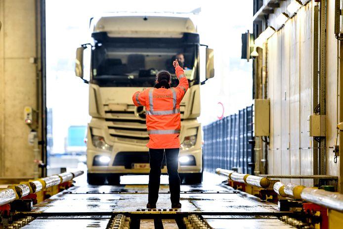 Ladingen uit Zuid-Amerika worden stelselmatig gecontroleerd door de douanescanner.