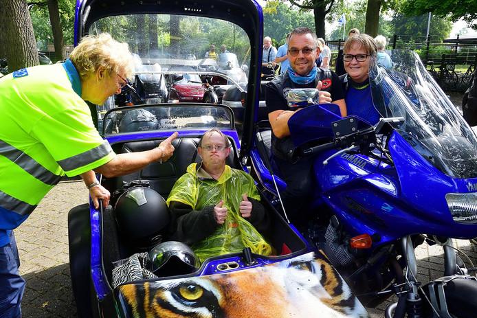 Zijspanrit voor mensen met beperking. Jan Free (in zijspan) met motorrijder en bijrijder Pieter en Claudia Kloppenburg stoppen bij Rozenoord.