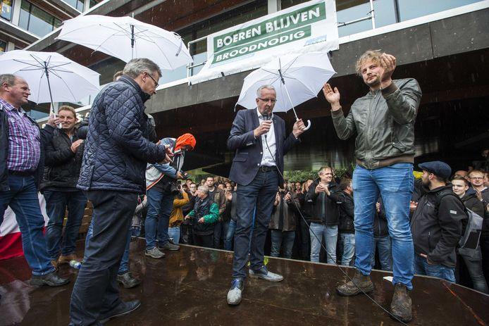 Demonstrerende boeren juichen op 14 oktober 2019, wanneer verantwoordelijke gedeputeerde Gert Harm ten Bolscher van de provincie Overijssel bekendmaakt geplande strengere stikstofregels in te trekken.