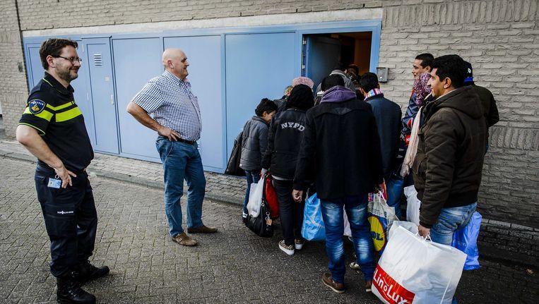 Vluchtelingen arriveren bij een registratielocatie voor vluchtelingen in het oude politiebureau aan de Beverwaardseweg in Rotterdam-IJsselmonde. Beeld ANP