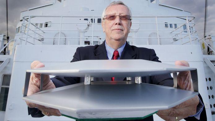 Ingenieur Ab van Helden toont een model van de Sky Shuttle Plane op het ss Rotterdam. ,,Ik noem d'r hs Rotterdam, hybride ship Rotterdam.''