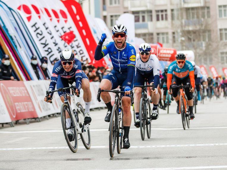 Mark Cavendish balt de vuist na zijn sprintzege in Konya, voor Jasper Philipsen en André Greipel. Beeld Photo News