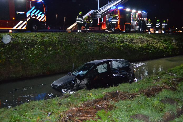 Een auto is flink beschadigd nadat deze om onbekende reden in het water terecht is gekomen.