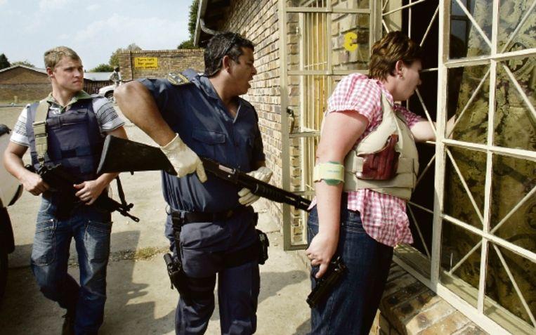 De politie onderzoekt een huis in de Zuid-Afrikaanse plaats Ermelo dat gebruikt zou worden voor prostitutie. (FOTO AP) Beeld AP
