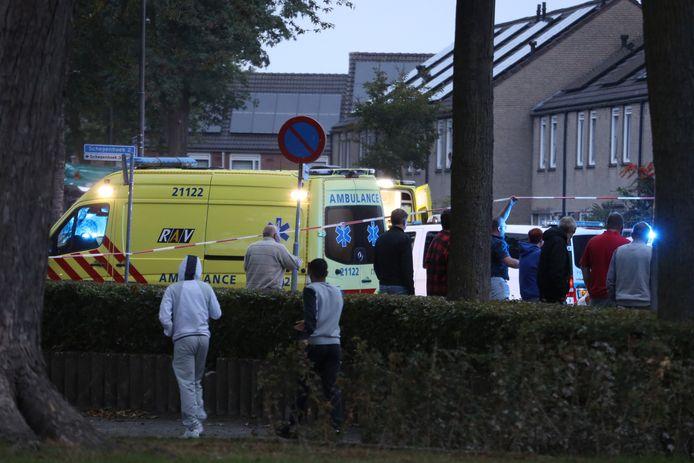 Hulpverlening en onderzoek op de plaats waar zondagavond een man is doodgeschoten in Uden.