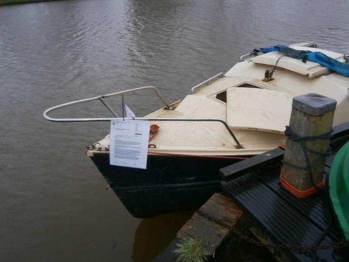 De provincie kondigt maatregelen aan met een boze brief op een bootje.