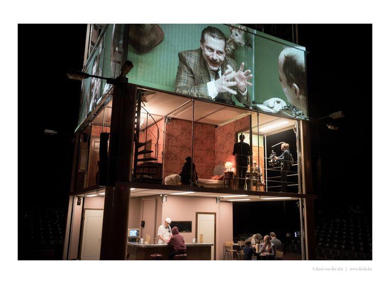Tijdens 'JR' van FC Bergman, dat zich afspeelt op verschillende verdiepingen, werden alle personages gevolgd door twee cameralui, en leek er live een film gemonteerd te worden. Beeld RV © kurt van der elst | kvde.be
