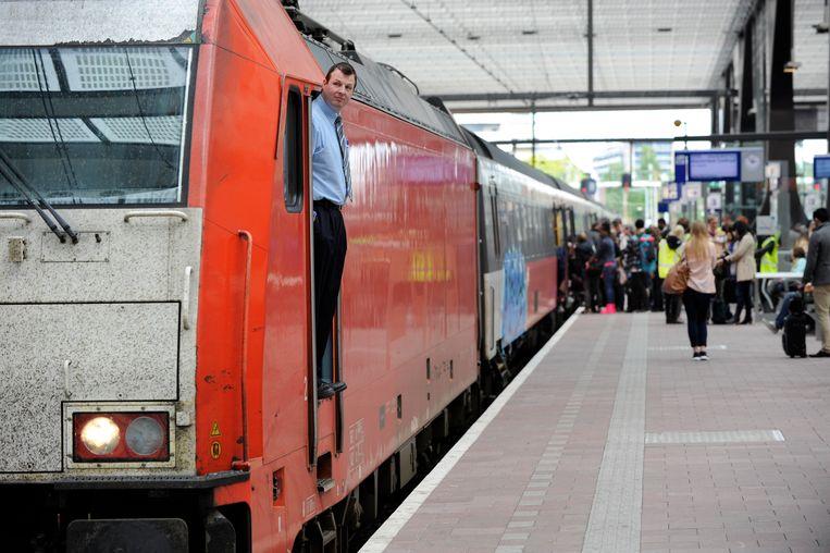 Op station Rotterdam-Centraal stappen reizigers in de Intercity Direct, de trein met Traxx-locomotief die noodgedwongen de Fyra moest vervangen. Beeld Peter Hilz / HH