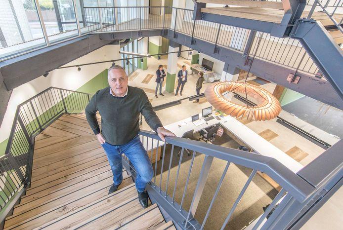 Officemanager André de Leeuw van Weenen in het nieuwe, centrale trappenhuis van De Koploper.