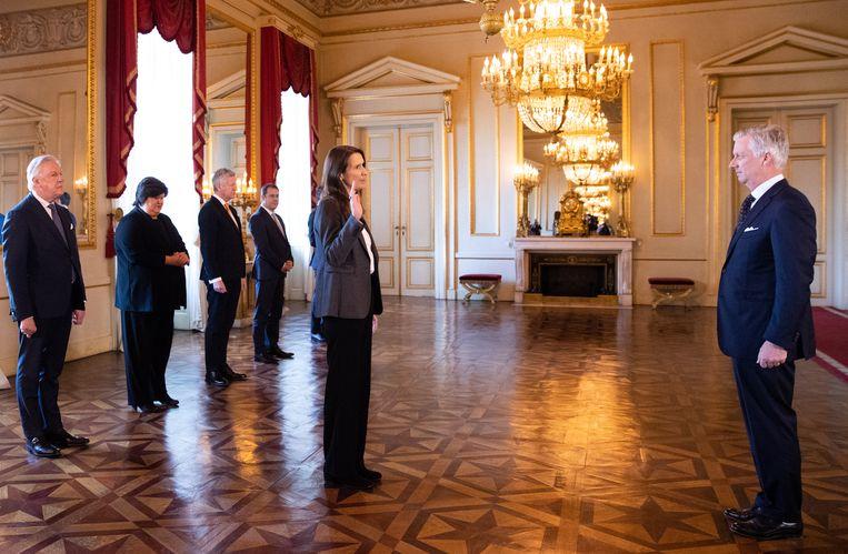 Premier Wilmès legt de eed af bij koning Filip. Beeld BELGA